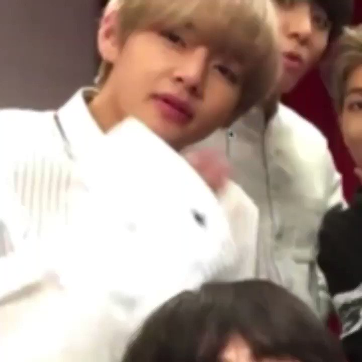 They were doing the sexy skype face then Taehyung saw Jungkook on the screen and copied his pose 🥰