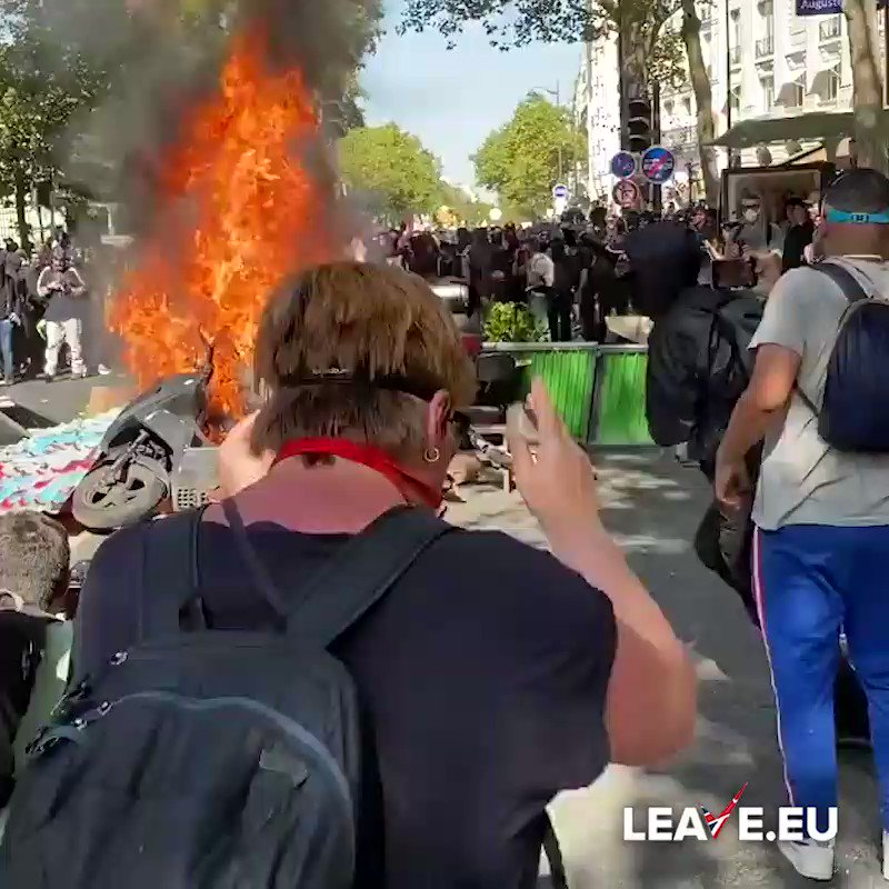WATCH | #Paris reaches a new level of carnage. Climate protesters & #BlackBlock anarchists clash with #GiletsJaunes. Trying to break it up are understandably trigger happy coppers – Tear gas bonanza. Mwhile, Macron reckons he has the authority to lecture us about Brexit. #Joker