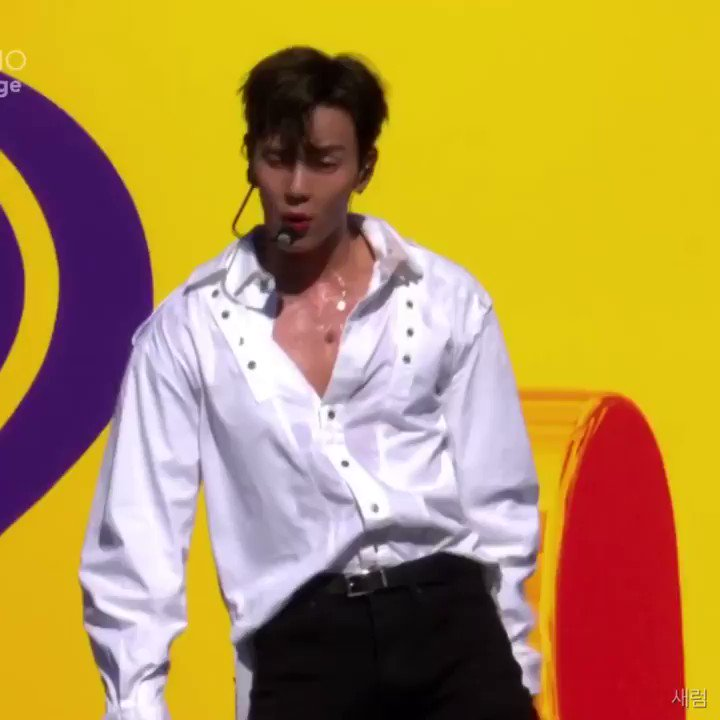 HOW SEXY CAN SHOWNU GET?????? i'm shaking