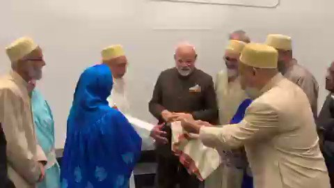 PM Sh @narendramodi felicitated by Indian Bohra Muslim community in #Houston. Bohra community is having highest literacy rate among Muslims & best known for their entrepreneurship. It's surely a burnol moment for those who try to divide India by playing Muslim card incl Pak😍