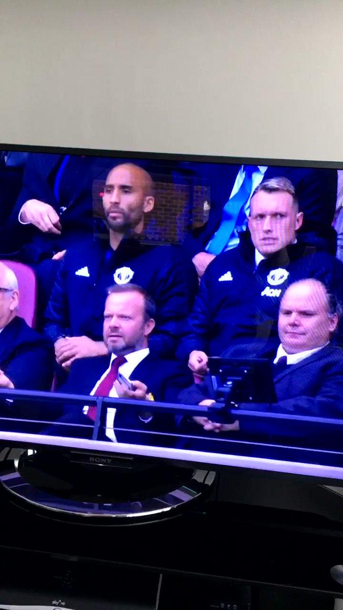 Phil Jones : sacked in the morning  Ed Woodward : we're on camera, stop  😂https://t.co/OhYvjoN3pT