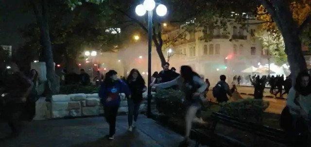 Está pasando | Alameda esquina calle dieciocho, Santiago. Carros lanza aguas irrumpe en marcha ambientalista. (20:35)