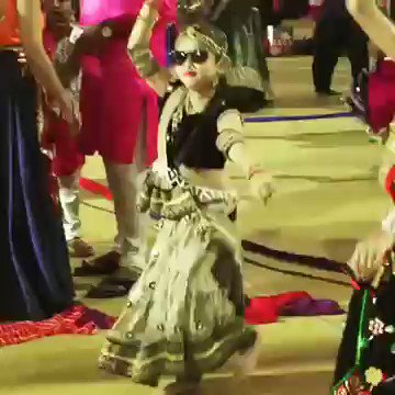 Cant stop watching this lil girl doing Garba with such swag 😍😍😘 Happy #Navratri