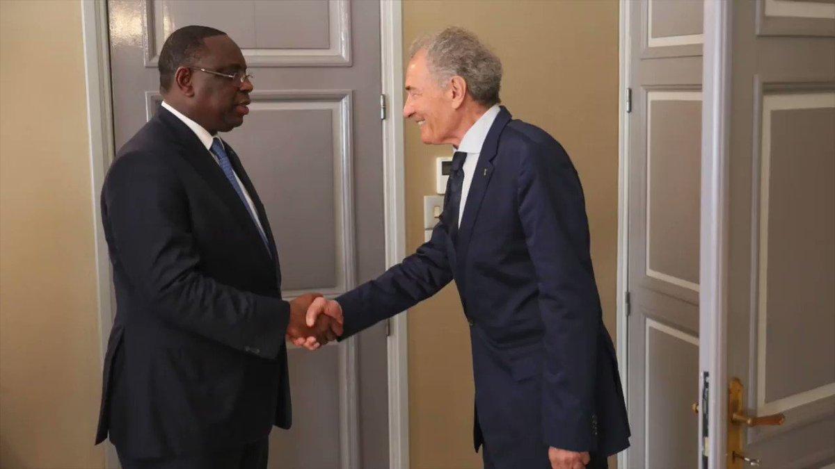 Le Président @Macky_Sall a reçu le Président de la @ihf_info, Hassan Moustafa, qui se réjouit de lorganisation des JOJ 2022 au Sénégal, et qui félicite le chef de lÉtat pour les évolutions remarquées dans le pays, dans cette perspective. #kebetu