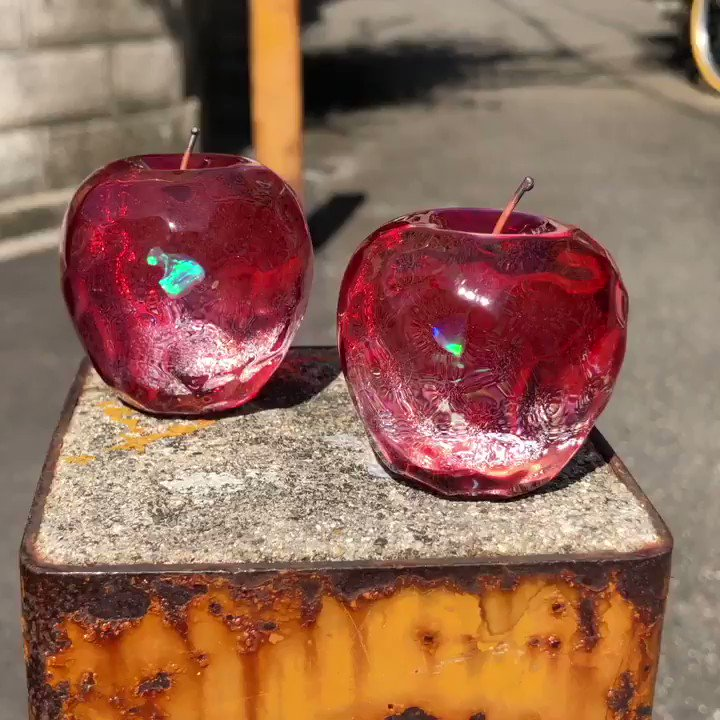 ガラスのリンゴ中はダイクロとオパールを入れました。きらんきらんです