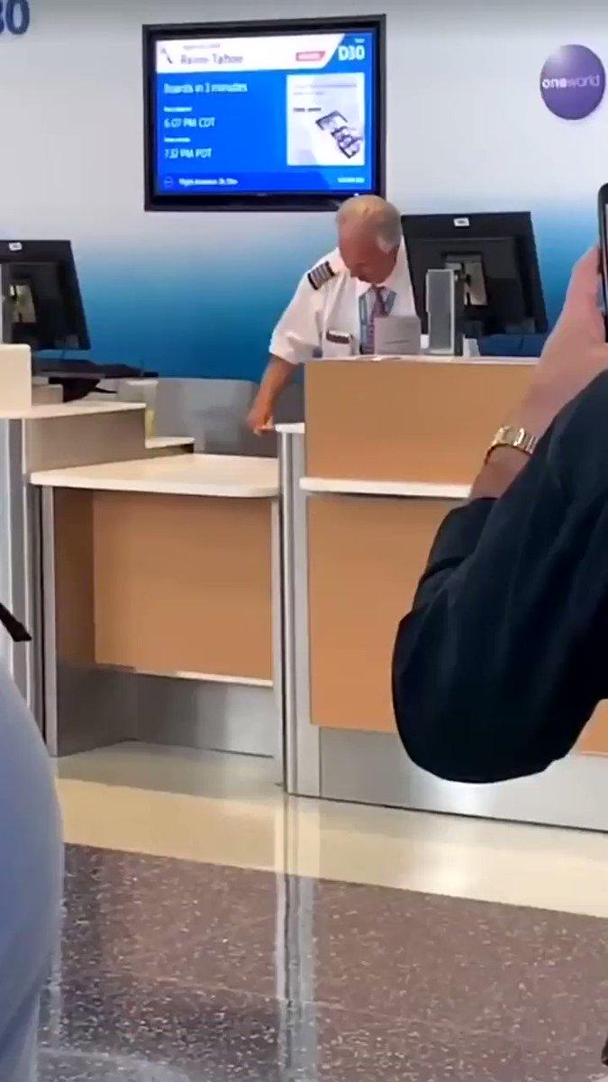 飛行機の発着が遅れたそうで粋な計らい