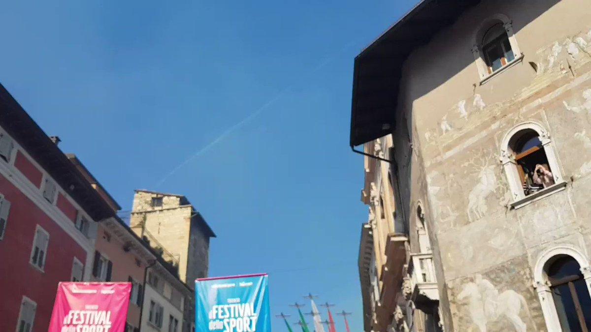 Emozione in piazza Duomo a #Trento per le Frecce tricolore al @ilfestivalsport