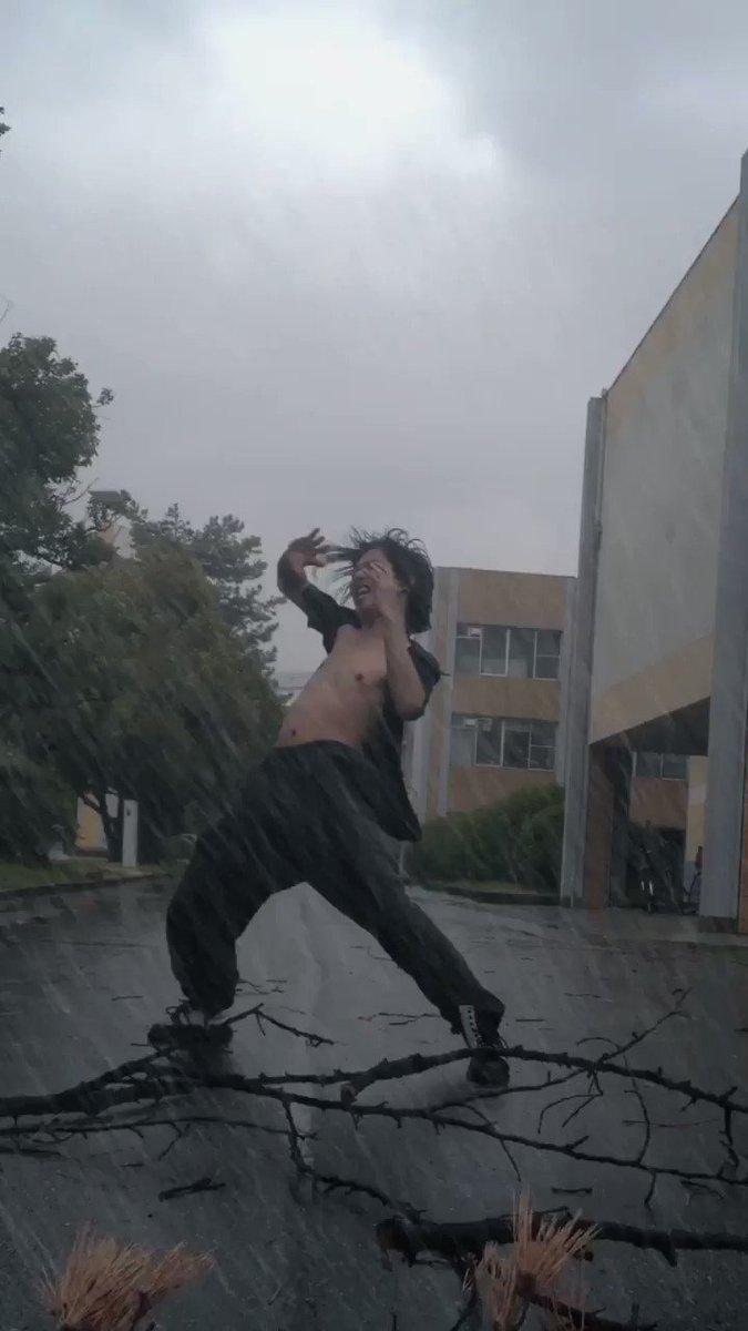 台風が過ぎるまでは私のTMレボリューションごっこ見て外に出るのは我慢してねお兄さんとの約束だよ