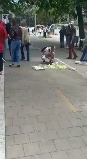 Medellin, city in Colombia A street food vendor dropped what he was going to sell. Watch the beautiful response from the people around him. This is EMPATHY. We need more of this ❤😭