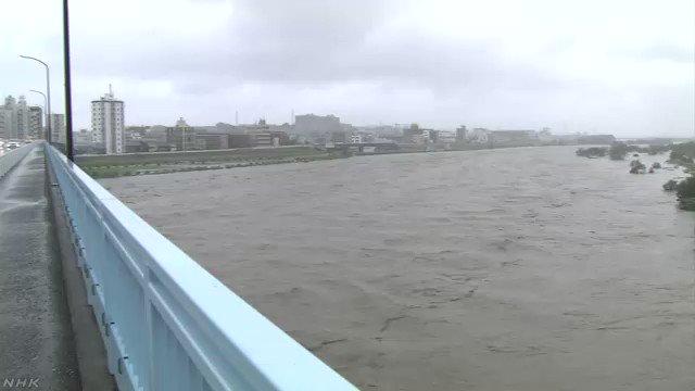 多摩川に「氾濫警戒情報」今後、さらに水位が上がるおそれがあり、国土交通省と気象庁は「氾濫警戒情報」を出して、川沿いの地域に対して警戒を呼びかけています。午後2時すぎの映像です。#nhk_video