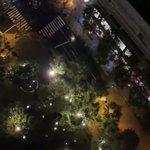武蔵小杉駅が冠水している!なのにプールみたいにして遊んでる・・・。