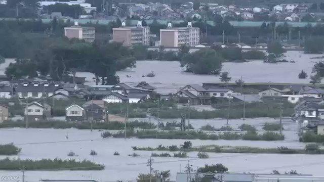長野市 千曲川流域 午前6時ごろの映像です。茶色く濁った水が堤防を越えて、住宅地に流れ込んでいるように見えます。#nhk_video