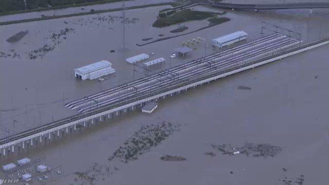 国土交通省北陸地方整備局は、長野市穂保の千曲川の堤防の一部が「決壊したもようだ」と午前6時に発表しました。午前7時ごろの映像です。#nhk_video