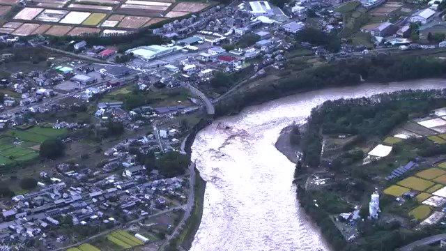午前6時半ごろ撮影した長野県東御市の映像では、千曲川にかかる橋が流されたり、道路の高架部分が途中で途切れ、川に落下したりしているのがわかります。#nhk_video