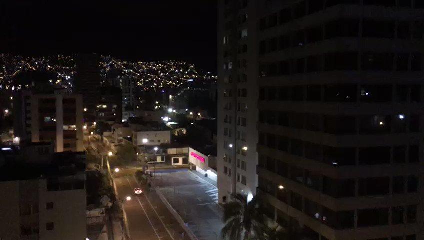 """""""Cacerolazo por la paz"""" en Quito: en la capital de Ecuador, habitantes piden que retorne la tranquilidad a las calles http://bit.ly/2VEhg01"""