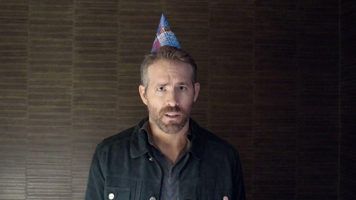 ライアン・レイノルズがヒュー・ジャックマンへ誕生日ソング🎂♪ハッピバースデー トゥ ユー✨♪ハッピバースデー ディア ヒュー✨…まあ俺はプロのトレーニングも受けてないけどな、ジャックマン、てめえはクソだマザー○ッカーが!」相変わらず二人仲良すぎるww