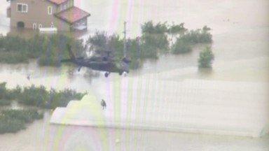 東部方面隊は、長野県 千曲川流域の穂保地区において、第12旅団 第12ヘリコプター隊 ・ 東部方面航空隊 東部方面ヘリコプター隊をもってホイストによる救助活動を実施中です。 #台風19号 #千曲川 #災害派遣