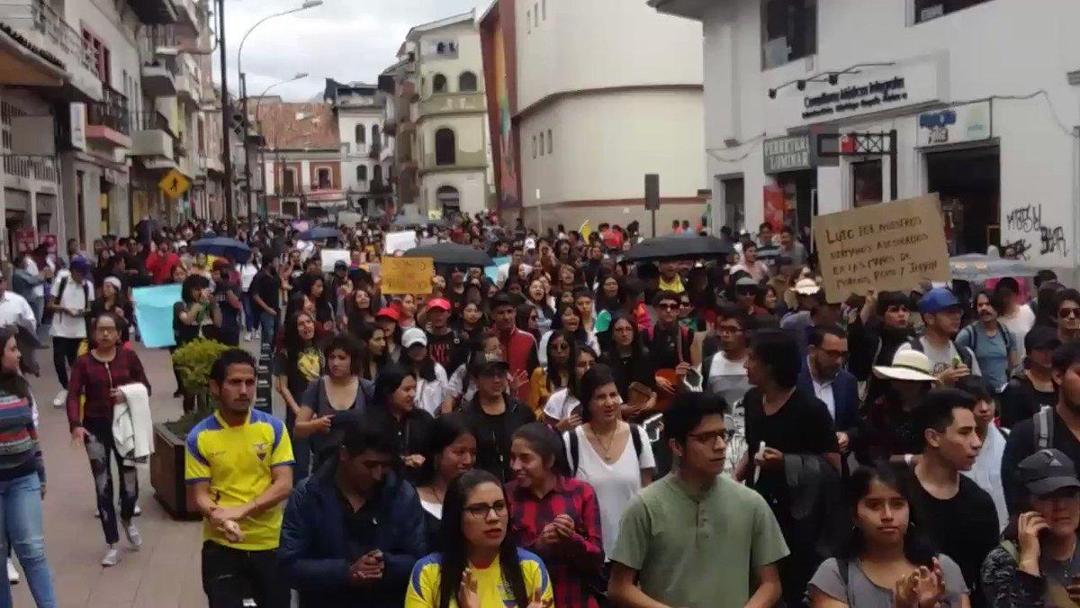 #ULTIMOMOMENTO varios ciudadanos se manifiestan en contra de la Ministra de Gobierno en #CUENCA en #marchaestudiantil