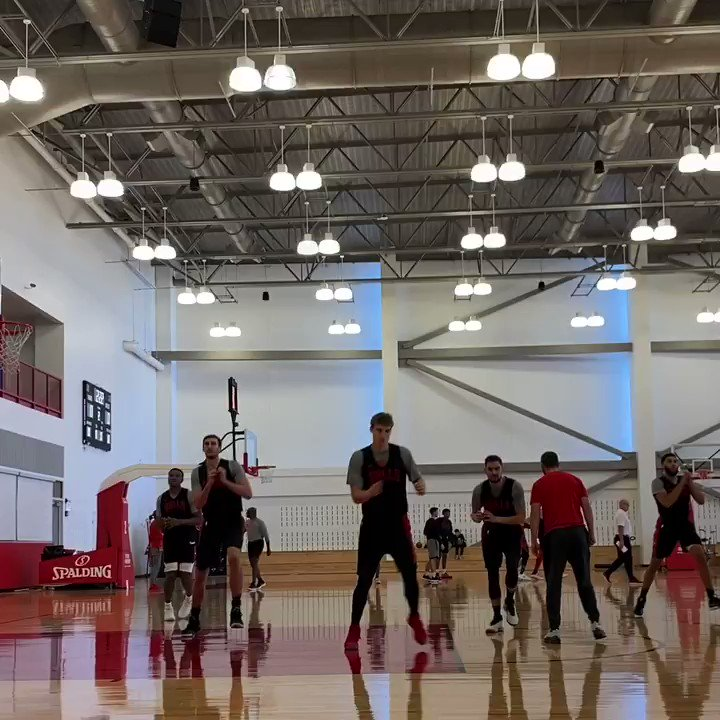 Image for the Tweet beginning: The @chicagobulls get warm for