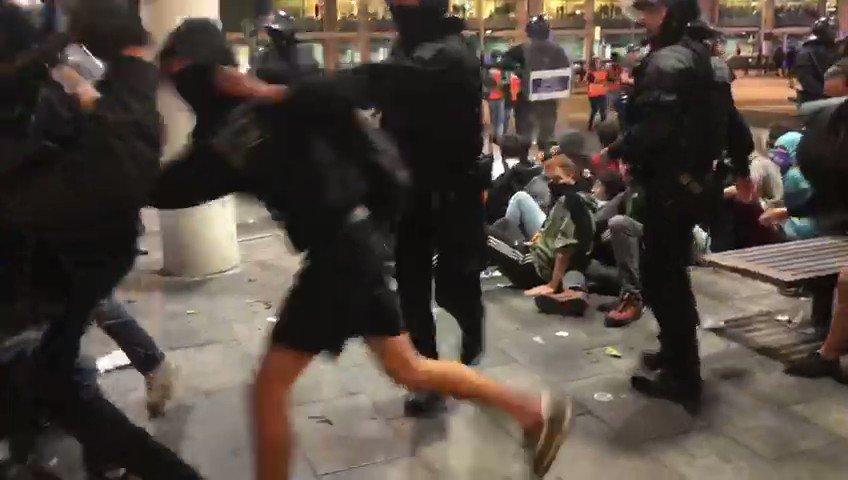 RT @ctxt_cat: Els manifestants han reculat uns cent metres fora la T1, informa @EliseGaz https://t.co/ArIhGJvQSc