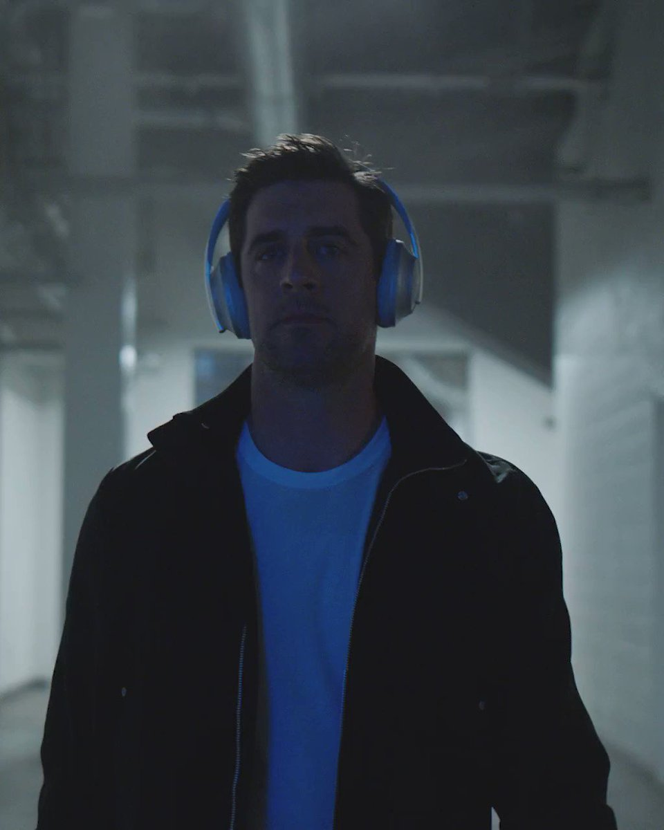 Heads up. Hands free. And head clear for #MNF. @AaronRodgers12 #DETvsGB #NFL100 #BoseHeadphones 🎧 http://bose.life/2lYiFRx