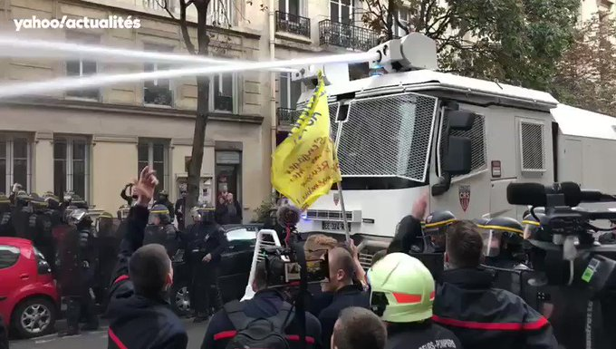 Pompiers en colère à Paris : tensions avec la police, au moins 6 interpellations 9S1VOLFJS1QdGzDg?format=jpg&name=small