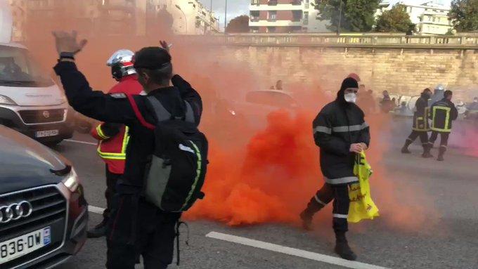 Pompiers en colère à Paris : tensions avec la police, au moins 6 interpellations Z8TUTZr8PdymeF6s?format=jpg&name=small