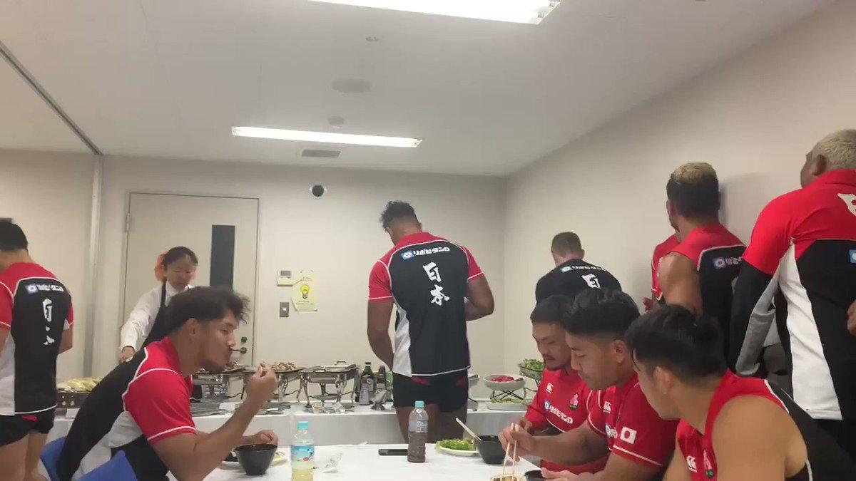 【日本代表】 もぐもぐタイム😋 チームで流行ってると噂の『北出丼』に次ぐ、山中そば、中村チキン等、新メニュー考案中🤔⁇ みんな名前付けたがり😂 #rugbyjp #OneTeam #BRAVEを届けよう #JPNvRSA #RWC東京