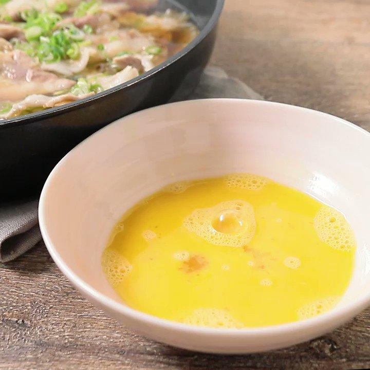 料理初心者🔰でも味付けかんたん👌『調味料3つ すき焼き風ワンパンミルフィーユ』家庭にあるしょうゆ、みりん、料理酒のみで簡単に甘辛い白菜と豚バラのミルフィーユが完成です。あつあつのうちに卵をからませてお召し上がりくださいね。▼レシピページはこちら
