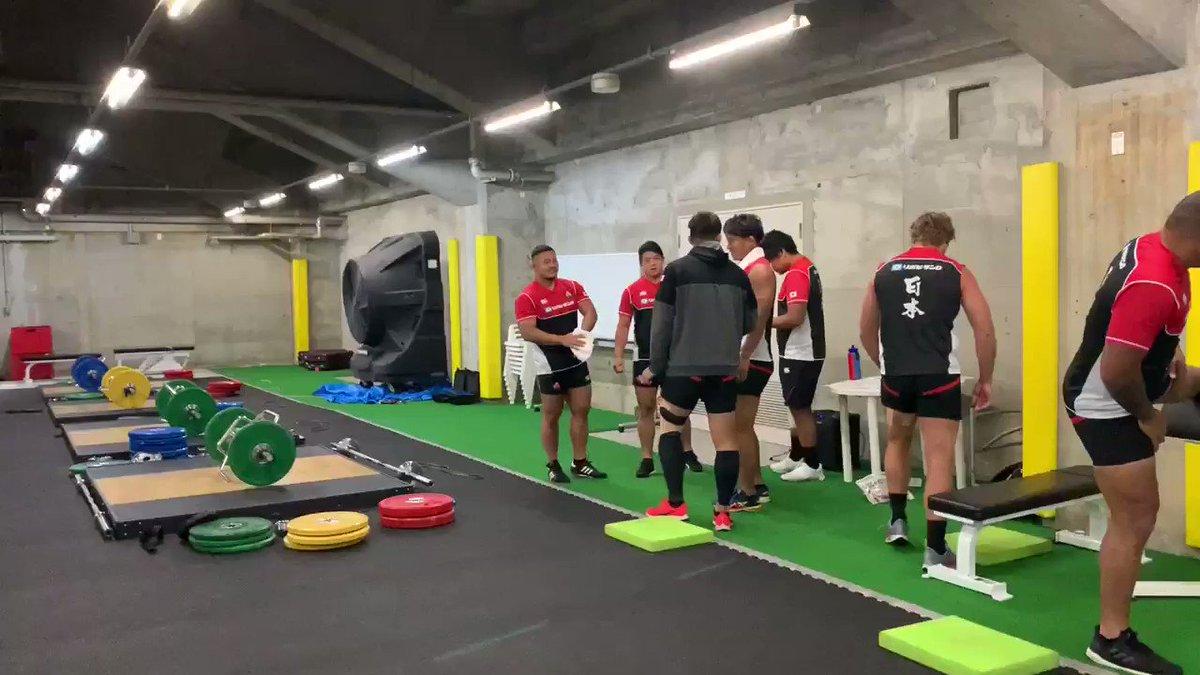 【日本代表】 ウェイトトレーニング前のまったりタイム🏋🏻♂️☘️ みんな個性ありますね🕺🏻🏃🏻♂️🤷🏻♂️🧘🏻♂️ #rugbyjp #OneTeam #BRAVEを届けよう #JPNvRSA #RWC東京