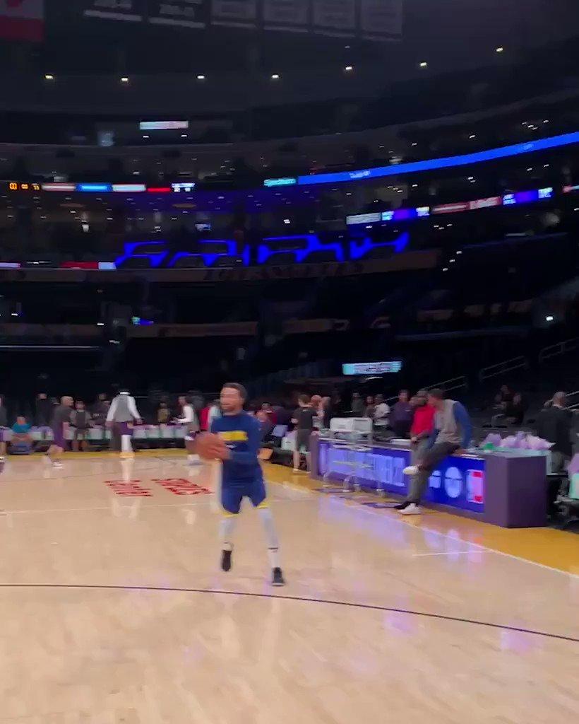 Steph makes it look so easy. 9 in a row 💦 #NBAPreseason