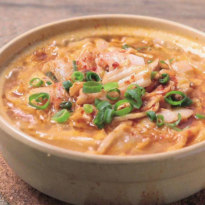 キムチのピリ辛と豚バラ肉のコクがおいしい😋『キムチと豚バラのミルフィーユ鍋』キムチと豚バラ肉のミルフィーユ鍋のご紹介です。ごま油の香りが食欲をそそりますよ。簡単に作れて、ほっと温まる鍋料理です。今晩のメニューにいかがでしょうか。▼レシピページはこちら