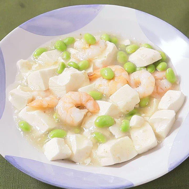 あっさりだけど旨味たっぷり😌『エビと枝豆の白麻婆豆腐』ぷりぷりエビと枝豆の白麻婆豆腐のご紹介です。とろとろの豆腐がクセになります。ゆず胡椒の風味と香りがアクセントになっていますよ。ぜひお試しください。▼レシピページはこちら