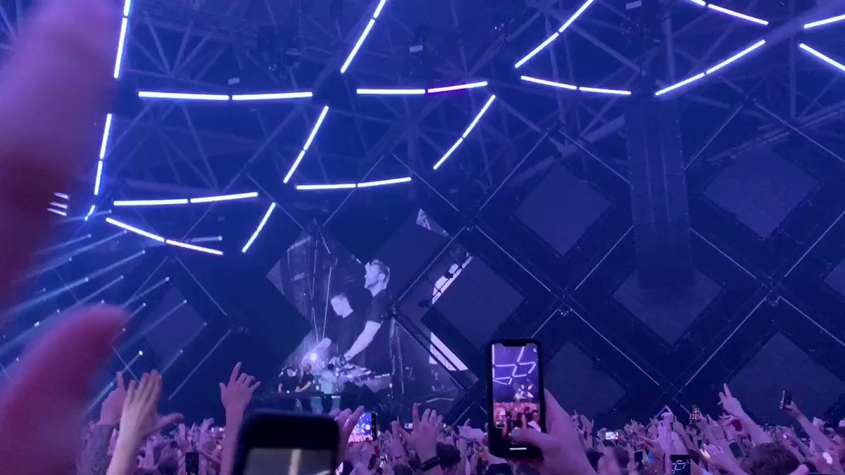 Still an iconic B3B and mashup 🐐  @MartinGarrix brought out both @tiesto and @davidguetta during night one of 'THE ETHER' at ADE 2019  (via @djeniq)