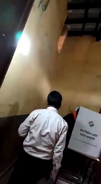 #ये_क्या_हो_रहा_है_#भाई_ये_क्या_हो_रहा_है..!छत्तीसगढ़ के चित्रकोट में पीठासीन अधिकारी बता रहे हैं कि कांग्रेस वाला बटन दबाओ..!