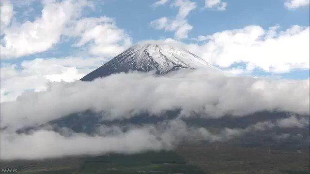 富士山で、22日午後、初冠雪が観測されました。富士山の初冠雪は平年より22日遅く、去年と比べて26日遅い観測となりました。#nhk_news #nhk_video