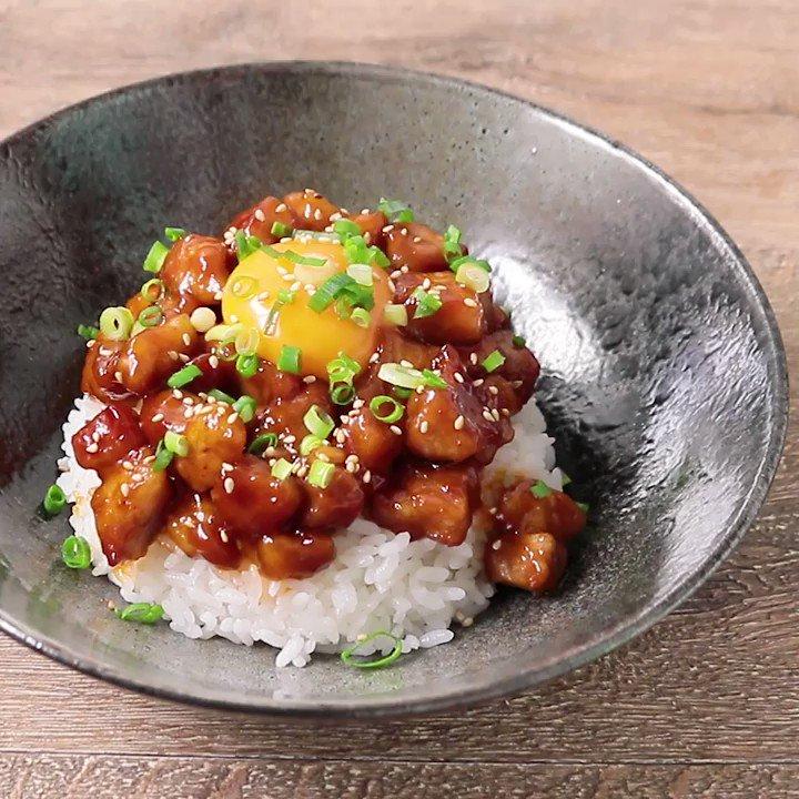 甘辛いコクのある風味でごはんが進む!『がっつり旨辛 ヤンニョムポーク丼』甘辛い韓国風のヤンニョムダレでいただく、豚丼のご紹介です。片栗粉をまぶして焼いてからタレを合わせることで、揚げずにしっかりと味を絡ませることができます。▼レシピページはこちら