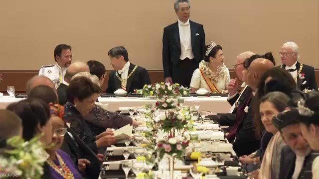 天皇陛下が皇后さまとともに祝宴に臨んで即位を披露し祝福を受けられる儀式、「饗宴の儀」が皇居 宮殿で行われています。午後9時すぎ、天皇皇后両陛下が着席されて、食事が始まりました。#nhk_news #nhk_video