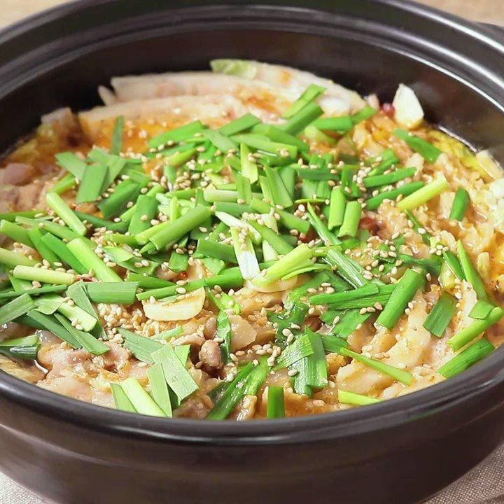 〆で最後まで楽しめる😋『旨辛味噌のもつ鍋風 豚肉と白菜のミルフィーユ』旨辛スープが白菜によく染み込み、ごはんとの相性もぴったり。ニラをのせることで、香りと風味を堪能できます。残ったスープにうどんや白米を入れてもおいしいですよ。▼レシピページはこちら