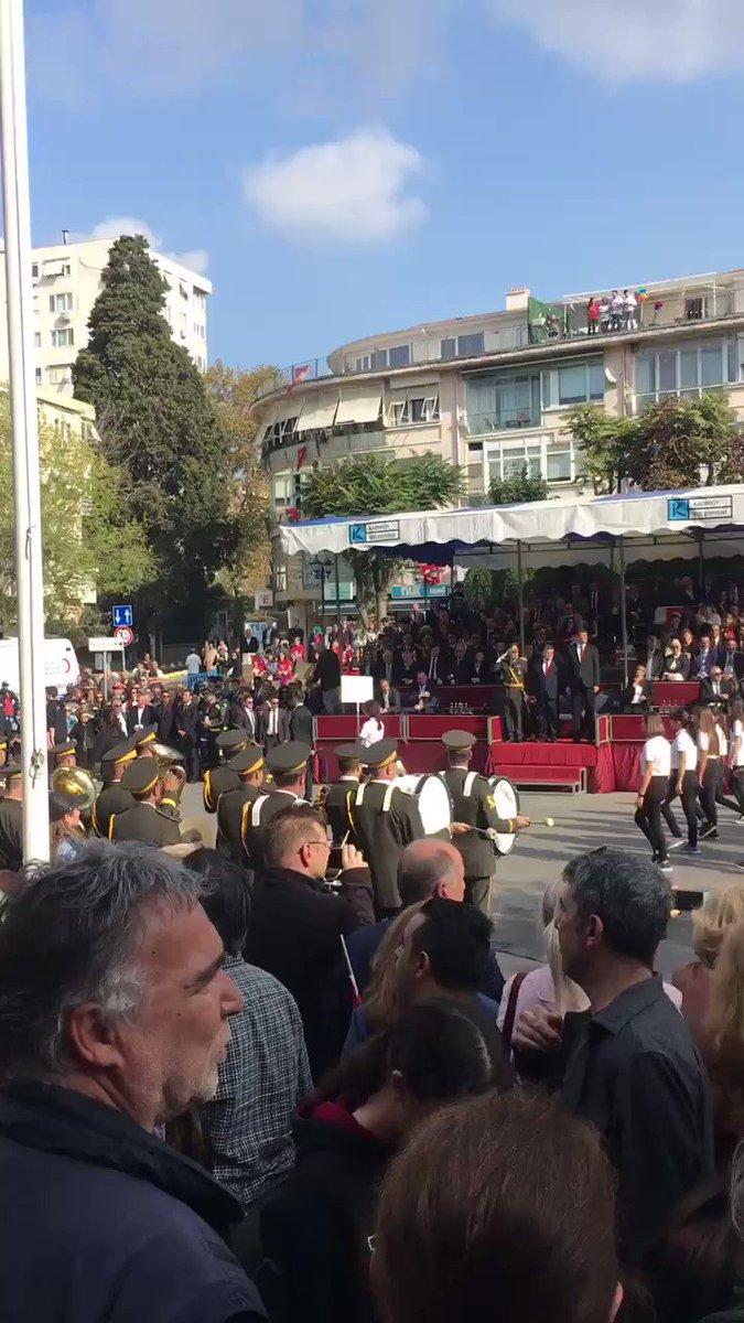 29 Ekim Cumhuriyet bayramı 96. Yılı Kadıköy'de Garnizon Komutanı Albay Serdar GÜMÜŞHAN Kaymakam Mustafa Özarslan Başkan Şerdil Dara Odabaşı'nın katılımlarıyla 1inci Ordu Bölge Bandosu eşliğinde Liselilerin resmi geçit töreniyle kutlandı @kadikoybelediye
