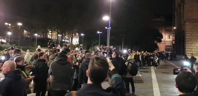 Démission !» ; «Dégage !» : Hué, Emmanuel Macron voit sa visite à Rouen perturbée QdwWco-A0wCqKees?format=jpg&name=small