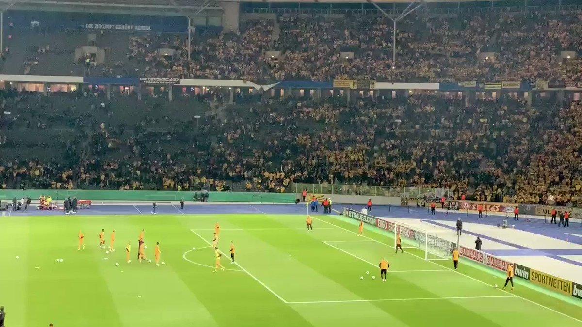 Sieht gut aus. Ich schätze mal, dass 35.000 Dynamo-Fans im Olympiastadion am Start sind. Top! 😃👍🏼⚽️ #DFBPokal #BSCSGD #sgd1953