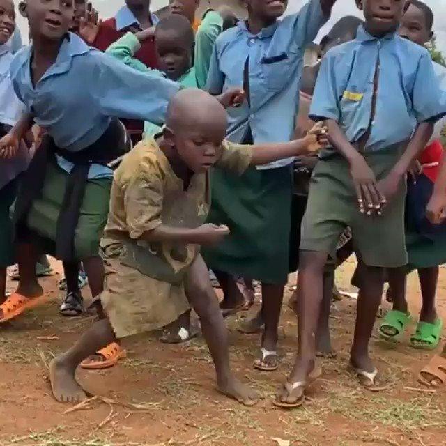 アフリカの子供、リズムの捉え方が凄い