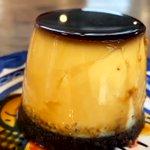チョコレートスポンジの上にビターなカラメルが相性抜群の「サリューのプリン」がおいしそうです。