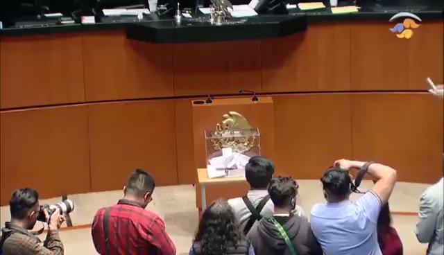 Senadores del PAN acusan al morenista @RicardoMonrealA de fraude en la elección de la titular de la @CNDH. Y circulan en la red este video. (Argumentan que depositó dos votos)