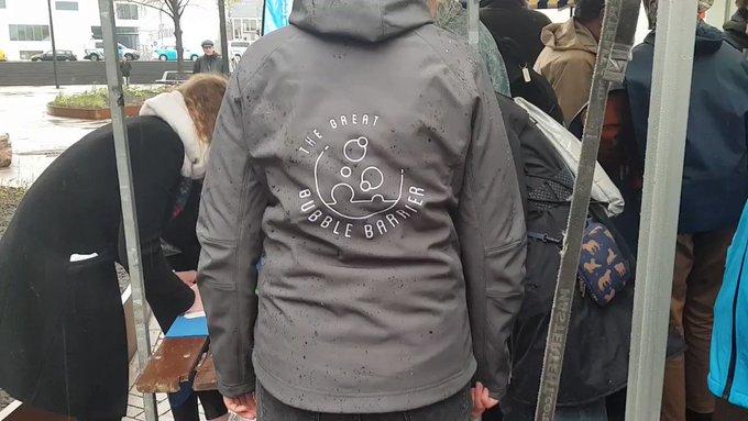 De eerste Bubble Barrier is een feit. 💪  Met dit luchtbellenscherm halen we plastic uit het water van de Amsterdamse grachten. Amsterdam heeft hiermee een wereldwijde primeur in de strijd tegen plasticvervuiling. 👊  👉 https://t.co/pjAyKdhsNS