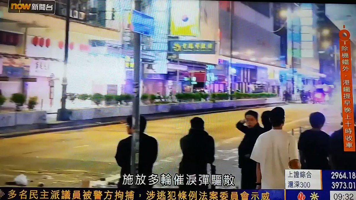 #香港11月8日 #抗暴之戰 市民聚集悼周梓樂 警各區狂射催淚彈並拘捕多人,毫無人性的警察向示威者叫囂:蟑螂你們過來報仇今晚我們開香檳慶祝 #至少7泛民立會議員被捕 指控《#逃犯條例》委員會上抗議涉違特權法 #FreeHongKongpic.twitter.com/SSFXv9bSyV