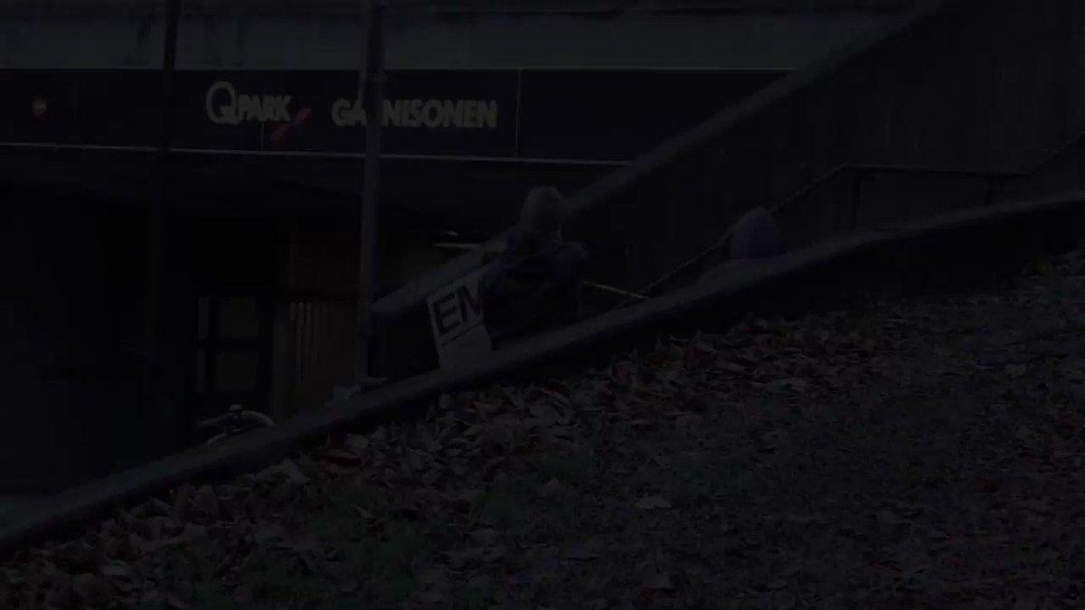 """落書きによる宣伝は犯罪でも、""""洗浄""""による宣伝は犯罪ではない?  2013年にリリースされたエミネムのアルバム『MMLP2』の斬新なプロモーション(スウェーデン)。型抜きパネルでその部分だけを高圧洗浄することで、汚れた壁や路上に見事にEMINEMの文字を浮き上がらせました。 youtu.be/o8_X67rSUT8"""