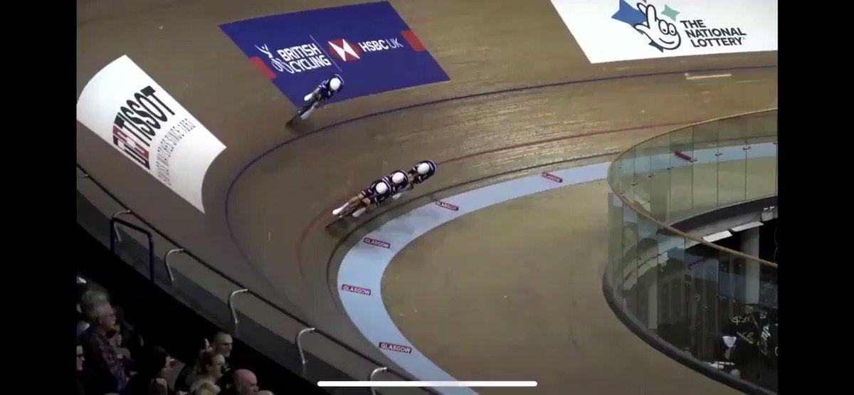 Quand Coco décide de passer 3 tours en 13''7, vaut mieux accrocher la remorque!!! 🌪 Super réflexe de @valentintbln qui s'écarte immédiatement pour conserver la vitesse de l'équipe, lucidité à 65km/h 👏🏻