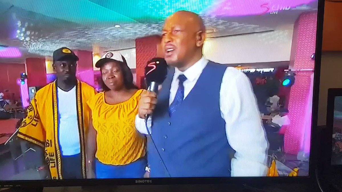 Our favorite #KFCcouple at at FNB for the #SowetoDerby , Mr is @KaizerChiefs and Mrs is @orlandopirates #KFCProposalChallenge #KFCWEDDING #KFCPropsal